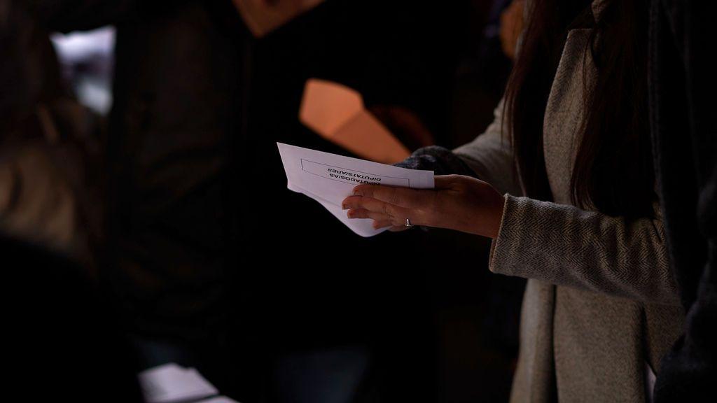 Una joven, con el sobre electoral