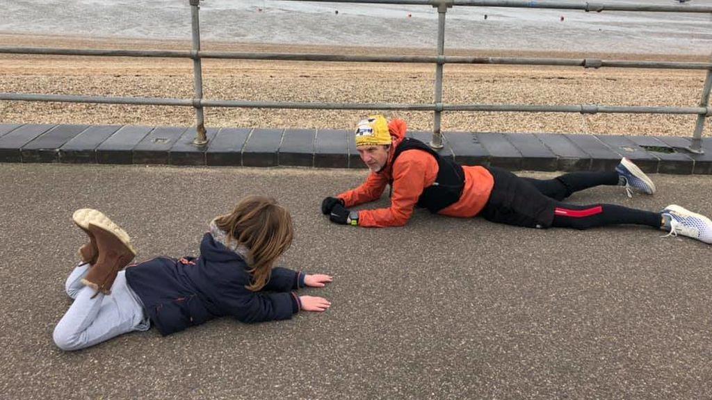 Un corredor se detiene junto a una niña con autismo y consigue calmarla en Manchester