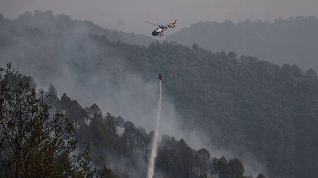 EuropaPress_3640117_11_april_2021_nepal_kathmandu_helicopter_pours_water_to_douse_the_fire_on