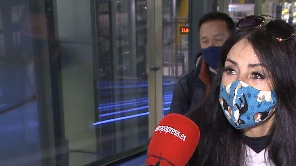 """Maite Galdeano llega de París hablando francés y provoca un ataque de risa a un reportero: """"Je suis a femme"""""""