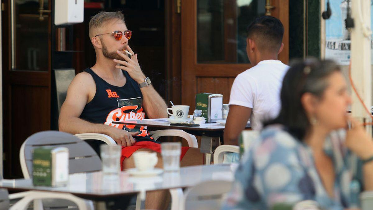 Sanidad propone prohibir fumar en las terrazas en toda España al margen de que haya dos metros de distancia
