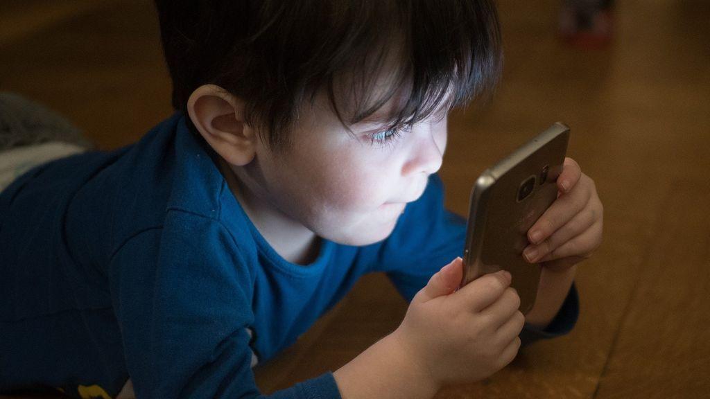 Mayor calidad del sueño y más felicidad: las principales ventajas de una menor exposición a las pantallas