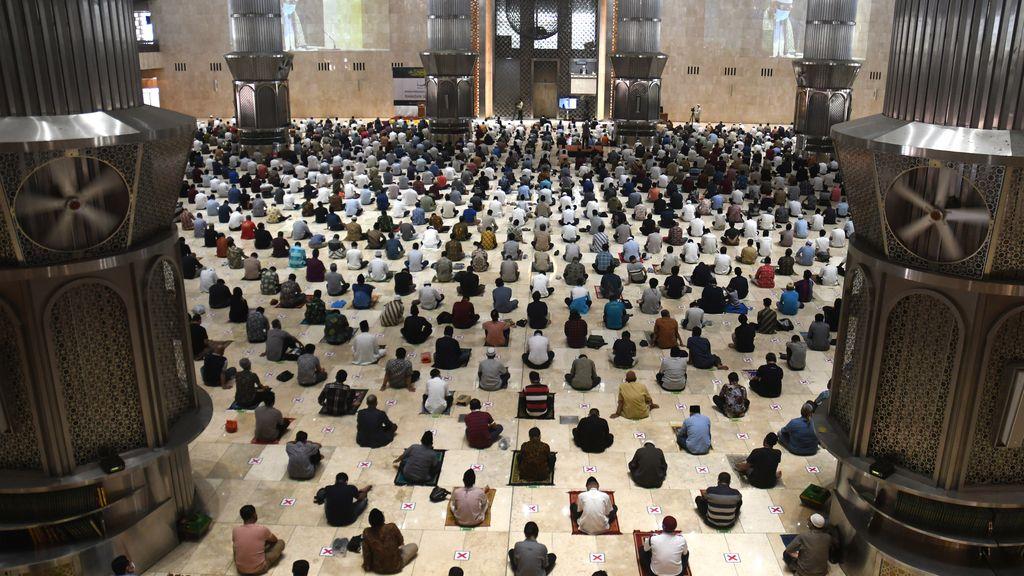 Los musulmanes rezan unidos y a cierta distancia en un nuevo Ramadán marcado por la pandemia