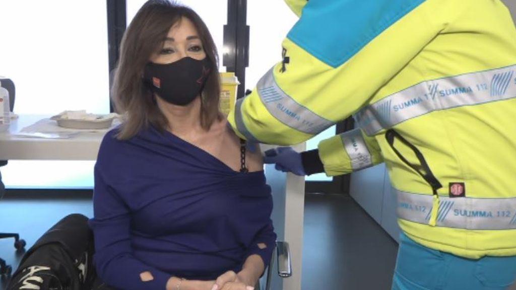 """Ana Rosa Quintana se vacuna con AstraZeneca en directo: """"No tengo ningún miedo,  soy una afortunada"""""""