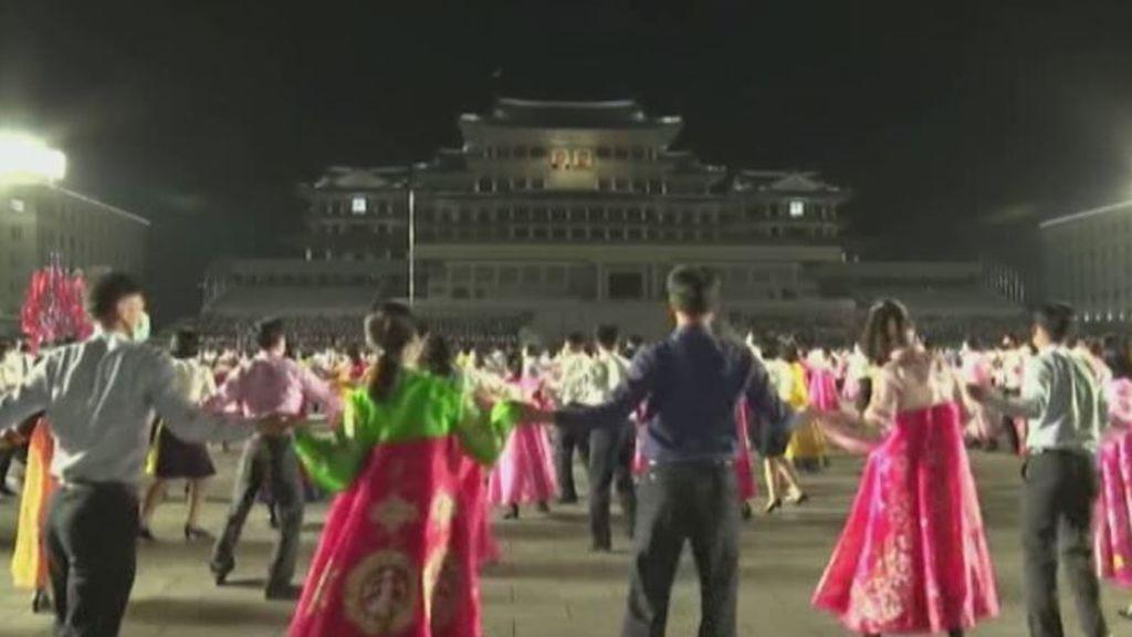 Corea del Norte celebra el 109 aniversario del nacimiento de su fundador con bailes y fuegos artificiales