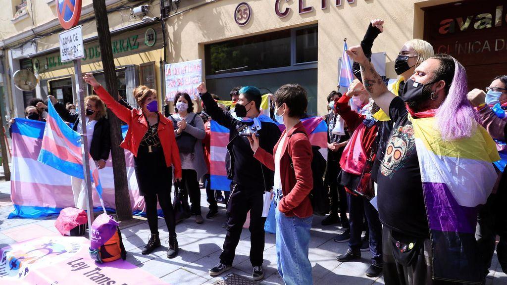 Protesta ante la sede del PSOE de Ferraz por la paralización a la Ley Trans de Irene Montero