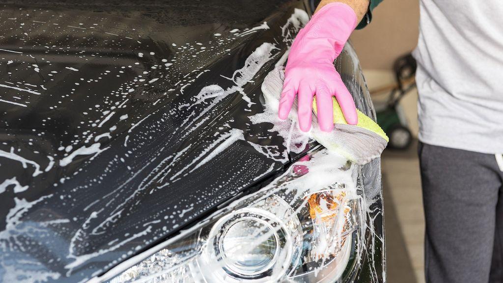 Multas de hasta 3000 euros por lavar el coche en la calle.