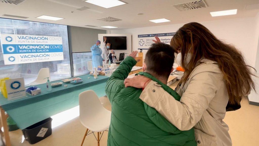 Luis se despide de las enfermeras del punto de vacunación