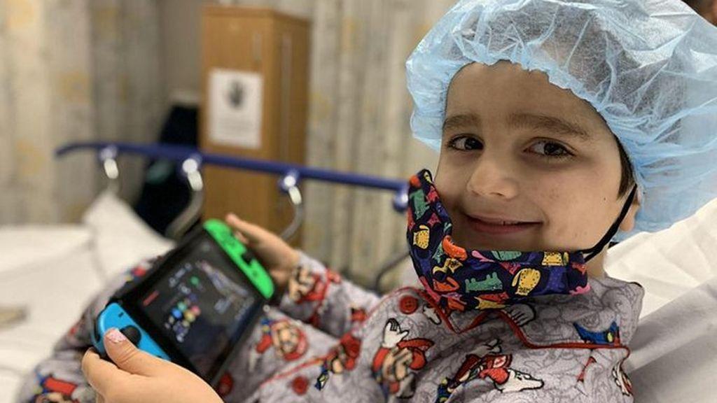 Vuelve al cole tras pasar un cáncer con sólo 4 años: sus compañeros le dan una calurosa bienvenida