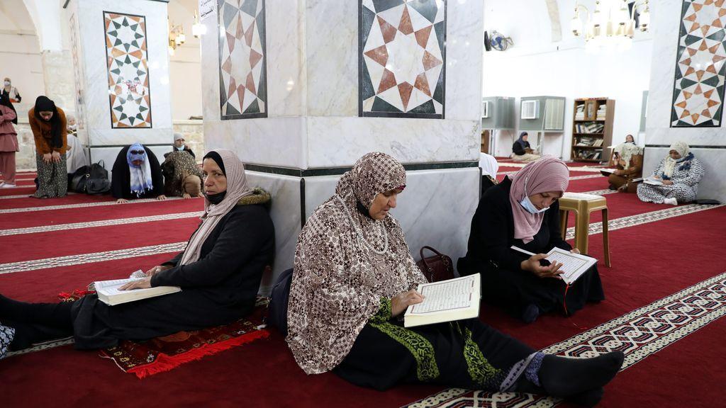 Los musulmanes llenan las mezquitas del mundo para rezar en un nuevo Ramadán marcado por la pandemia