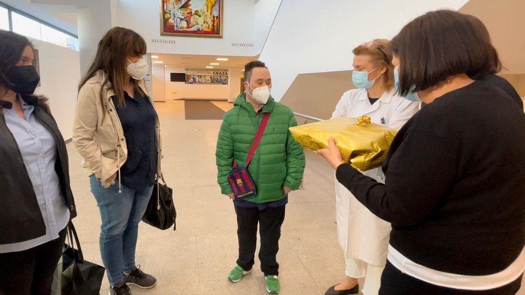 Luis charla con las doctoras de la unidad covid