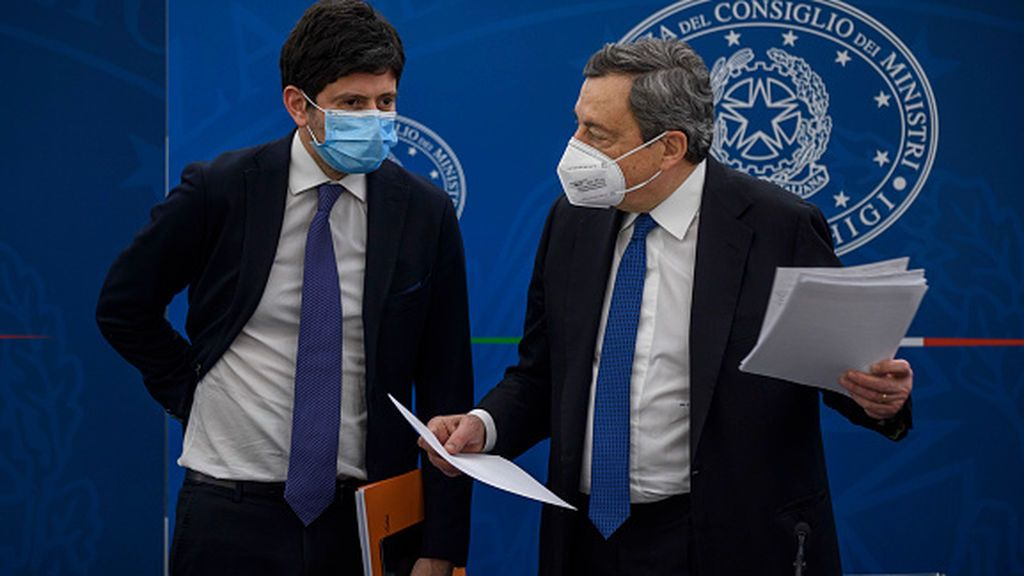 El ministro de Sanidad italiano, blanco de la derecha y pararrayos de Draghi relaja el confinamiento