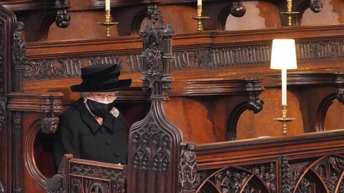 La reina Isabel II se sentó sola en el funeral por el duque de Edimburgo para no desmoronarse