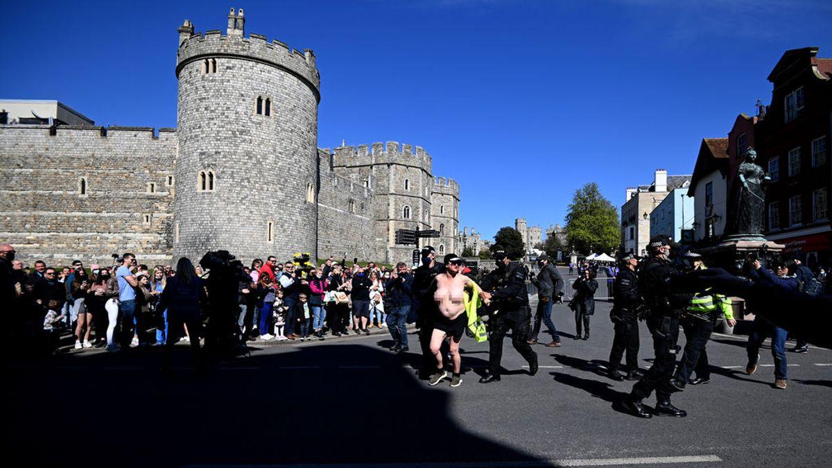 Detenida una mujer por protestar en topless durante el funeral del duque de Edimburgo
