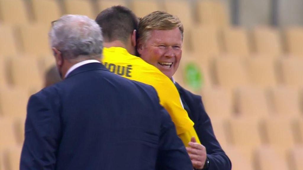 Piqué y Koeman se funden en un abrazo para celebrar la victoria ante el Athletic
