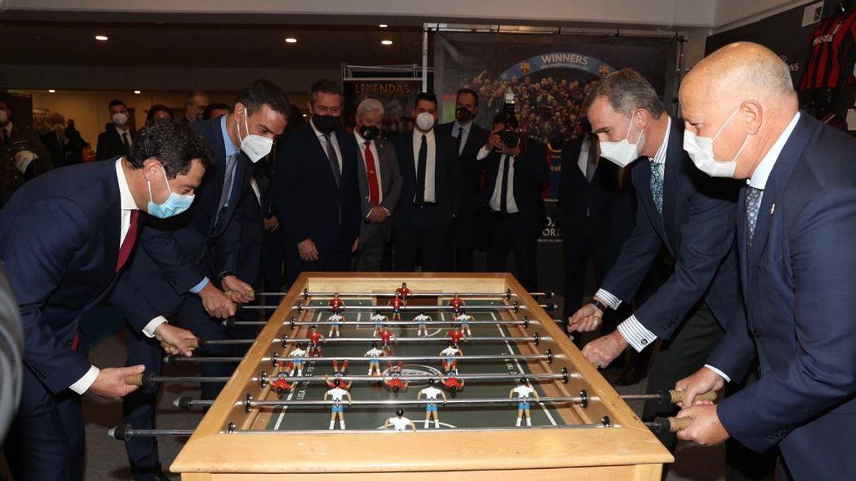 Pedro Sánchez y Juanma Moreno se enfrentan a Felipe VI en el futbolín