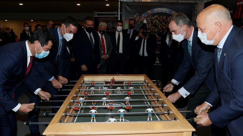 El rey Felipe VI juega al futbolín contra Pedro Sánchez Juanma Moreno