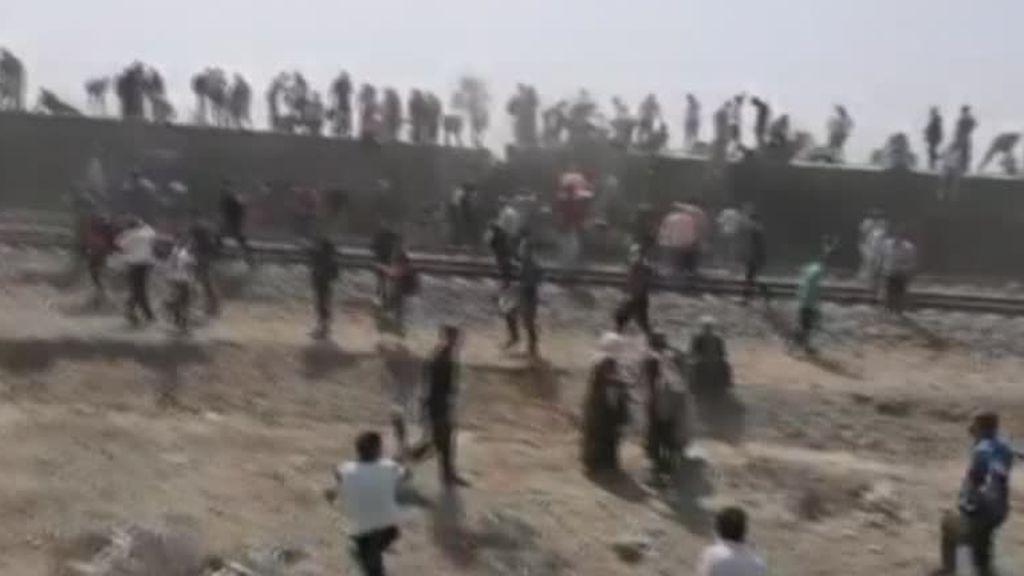 Varios muertos y un centenar de heridos en un descarrilamiento de un tren en Egipto
