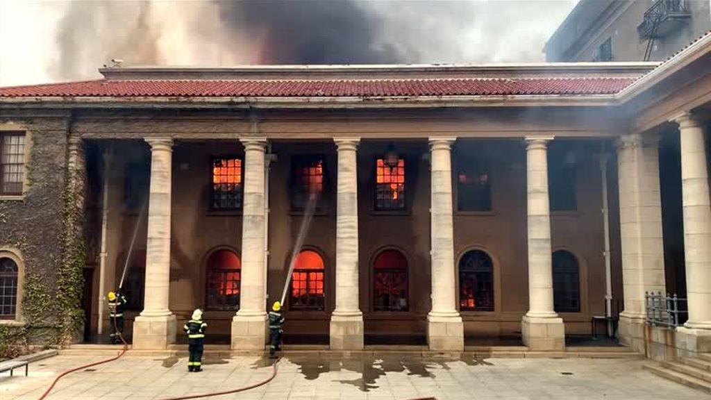 Un incendio forestal calcina la biblioteca de la Universidad de Ciudad del Cabo en Sudáfrica