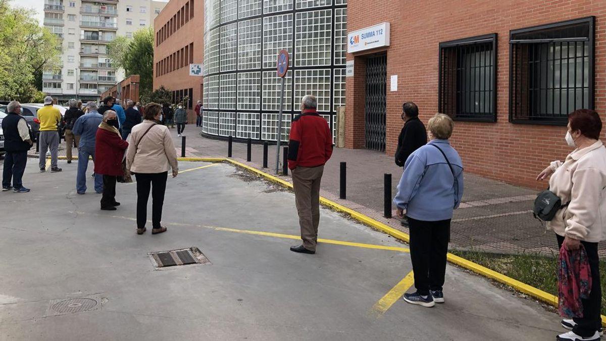 """Centros de salud de Madrid adelantan la vacuna menores de 75 años: """"He hecho una hora de cola y ya tengo cita"""""""