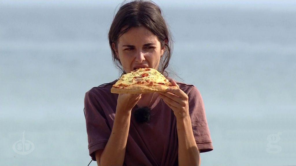 Alexia come pizza