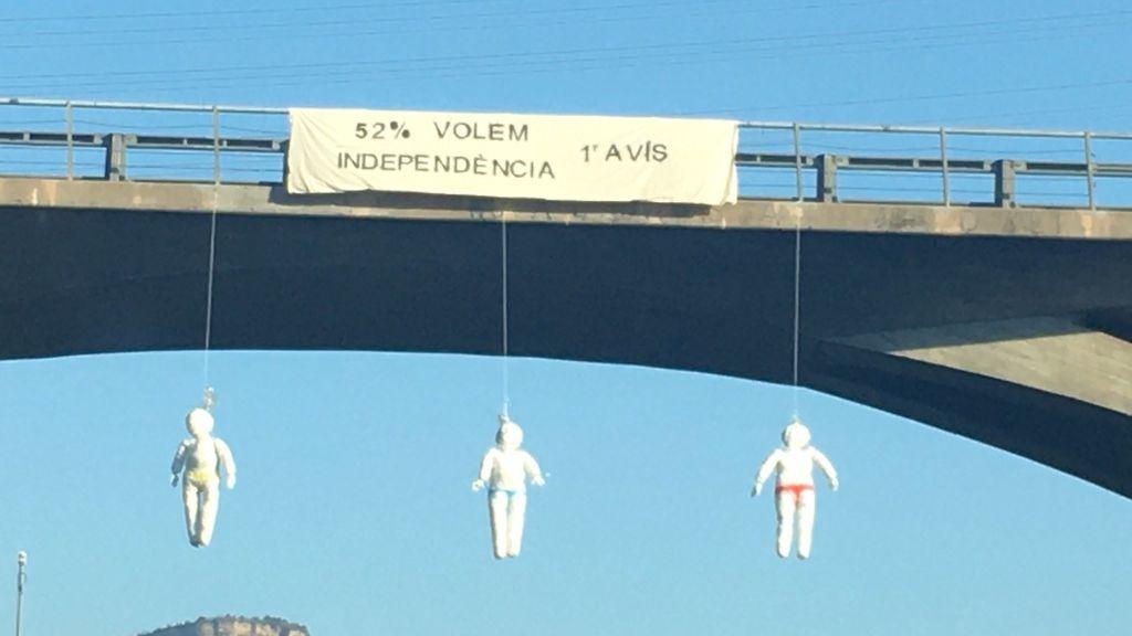 Muñecos con logos de los partidos independentistas aparecen colgados en varios puentes de Cataluña