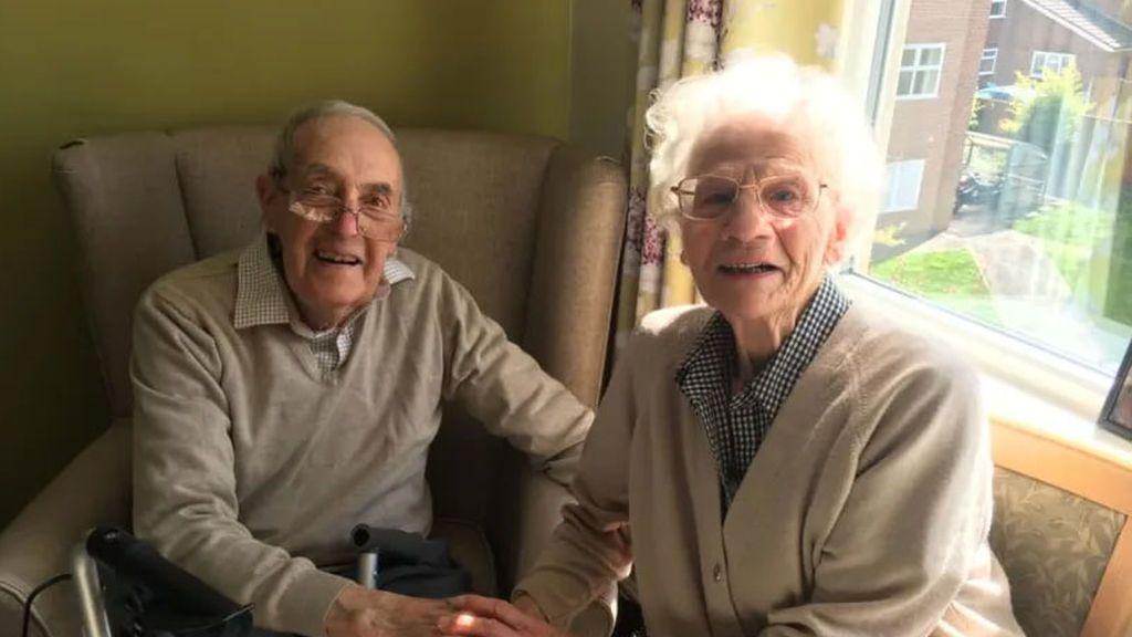 El emotivo encuentro de dos ancianos británicos tras 8 meses sin verse por el covid