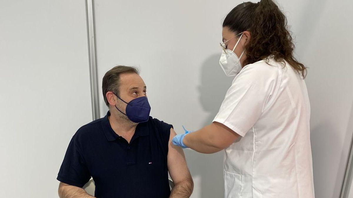 El ministro de Fomento, José Luis Ábalos recibe en Valencia la primera dosis de AstraZeneca