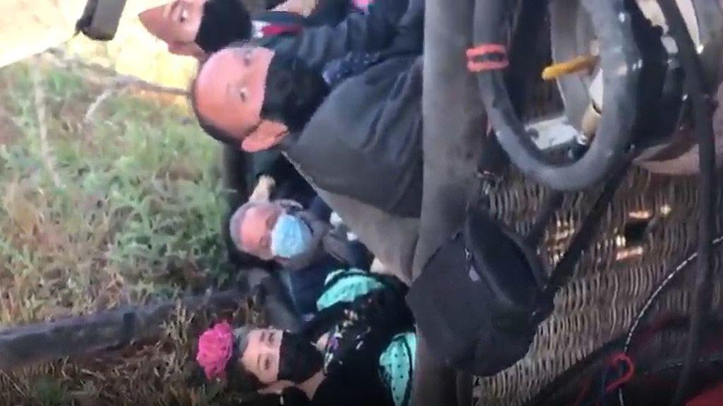 Soto y sus compañeros volcados en la cesta del globo tras sufrir el percance