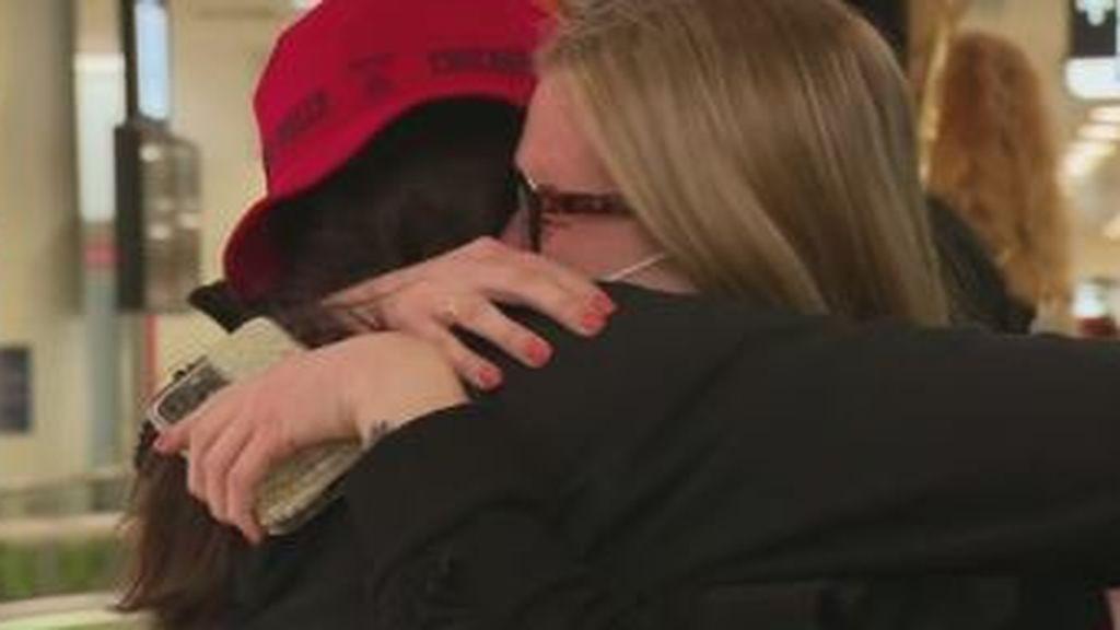 Reencuentros entre lágrimas tras un año de fronteras cerradas entre Australia y Nueva Zelanda