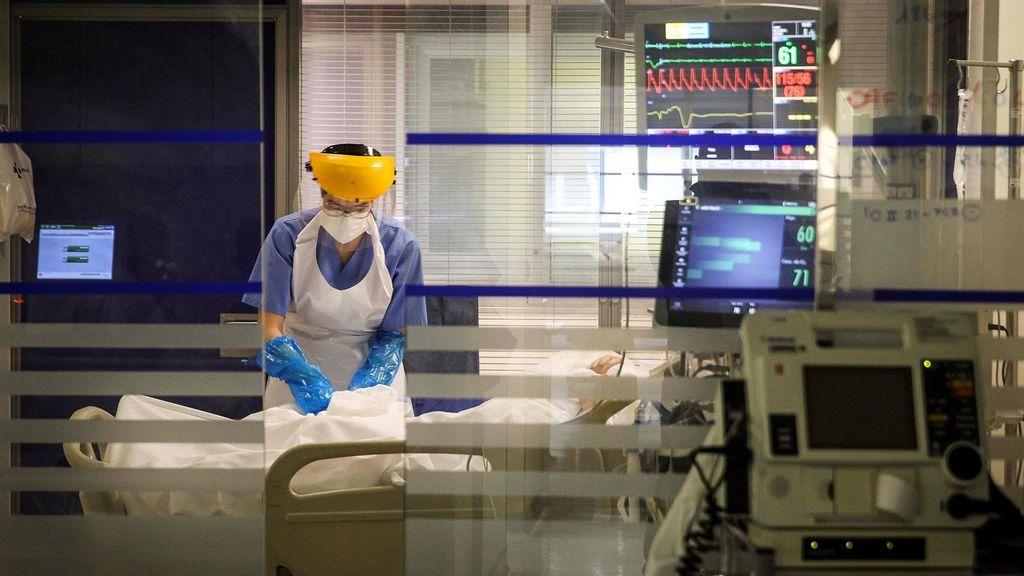 Una sanitaria atiende a un paciente en la Unidad de Cuidados Intensivos de Coronavirus del Hospital de Galdakao