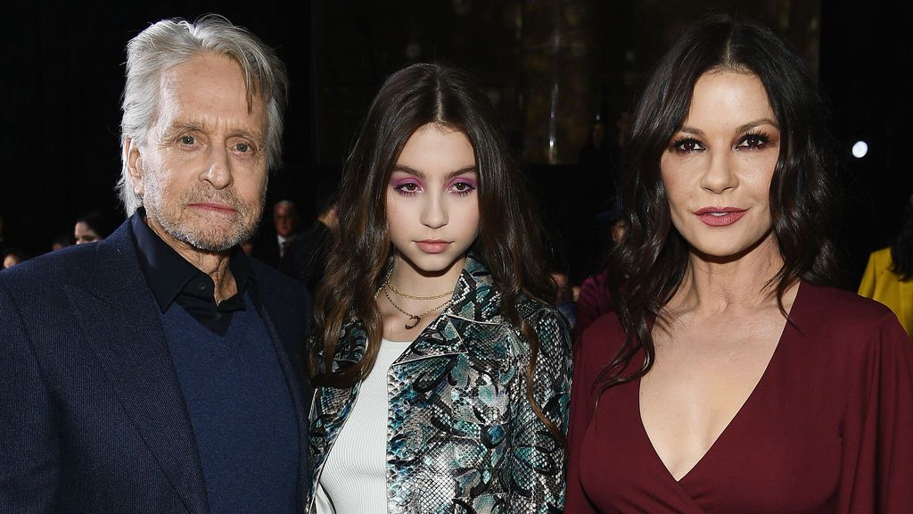 Carys Douglas con sus padres, Michael Douglas y Catherine Zeta Jones (2019)