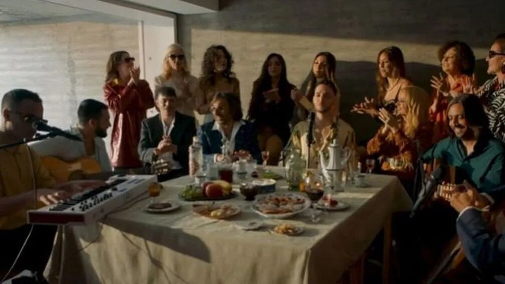 ¿Quién es quién en la mesa llena de amigos y familia de C Tangana y Carmona?