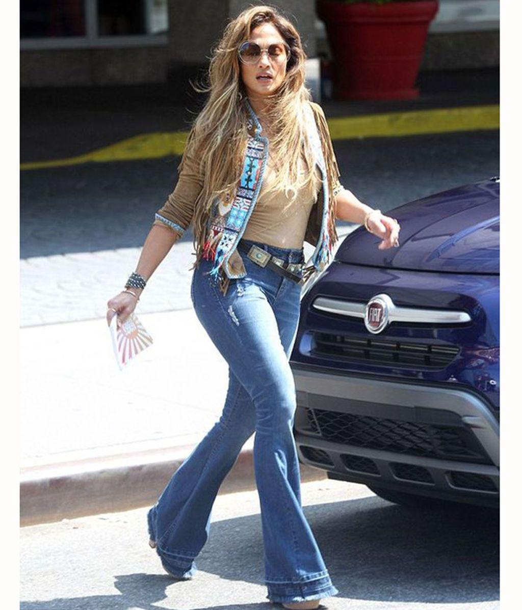Jennifer Lopez con pantalón de campana