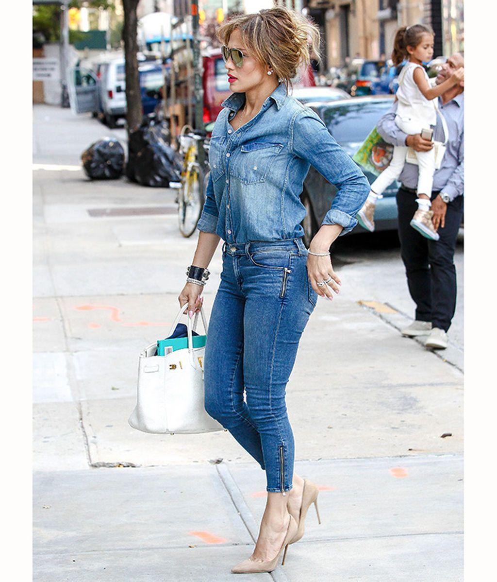 Jennifer Lopez con un pantalón pitillo azul lavado