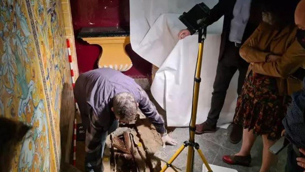 Descubren en el Alcázar de Sevilla un sarcófago con los restos de una niña de unos 700 siglos de antigüedad