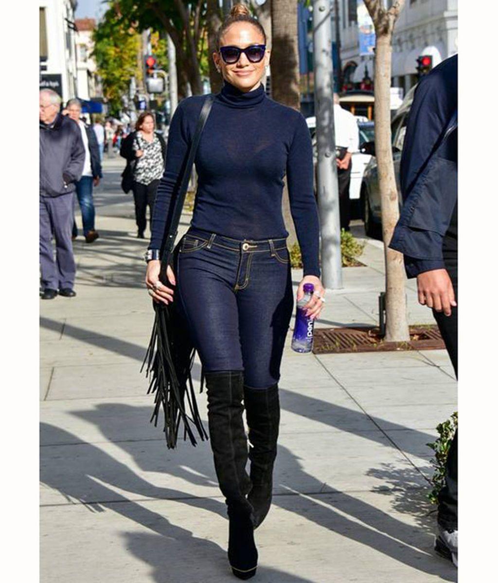 Jennifer Lopez con un vaquero pitillo azul oscuro