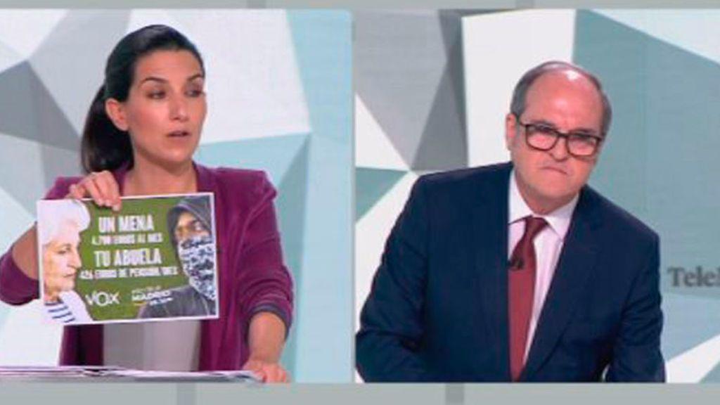 Monasterio exhibe el cartel sobre los menas en el debate a seis