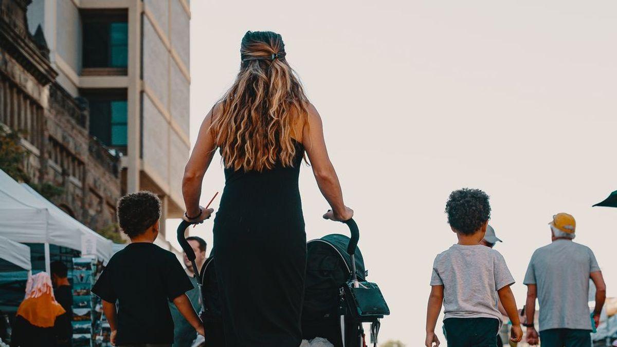 La Comunidad de Madrid aclara a la Junta Electoral que el 4 de mayo sí se puede ir a votar acompañado de menores