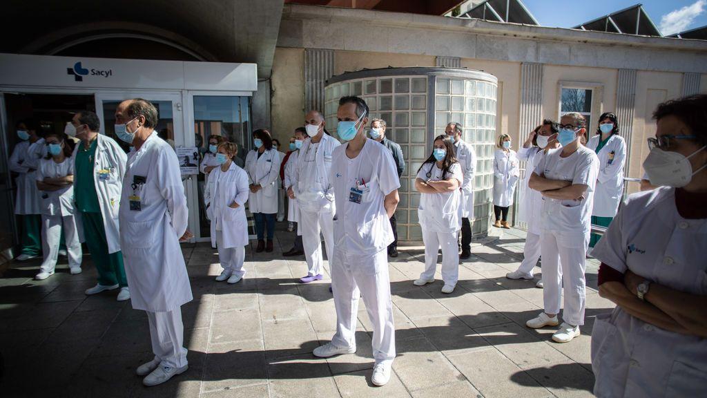 """Un tercio de los médicos españoles se ha planteado dejar la profesión y la mitad asegura sentirse """"sobrepasado"""""""