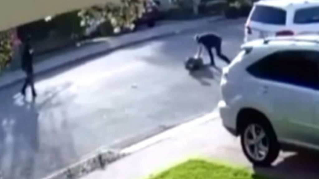 Dos jóvenes intentan robarle el coche a un inofensivo ciudadano que reacciona como menos se imaginan