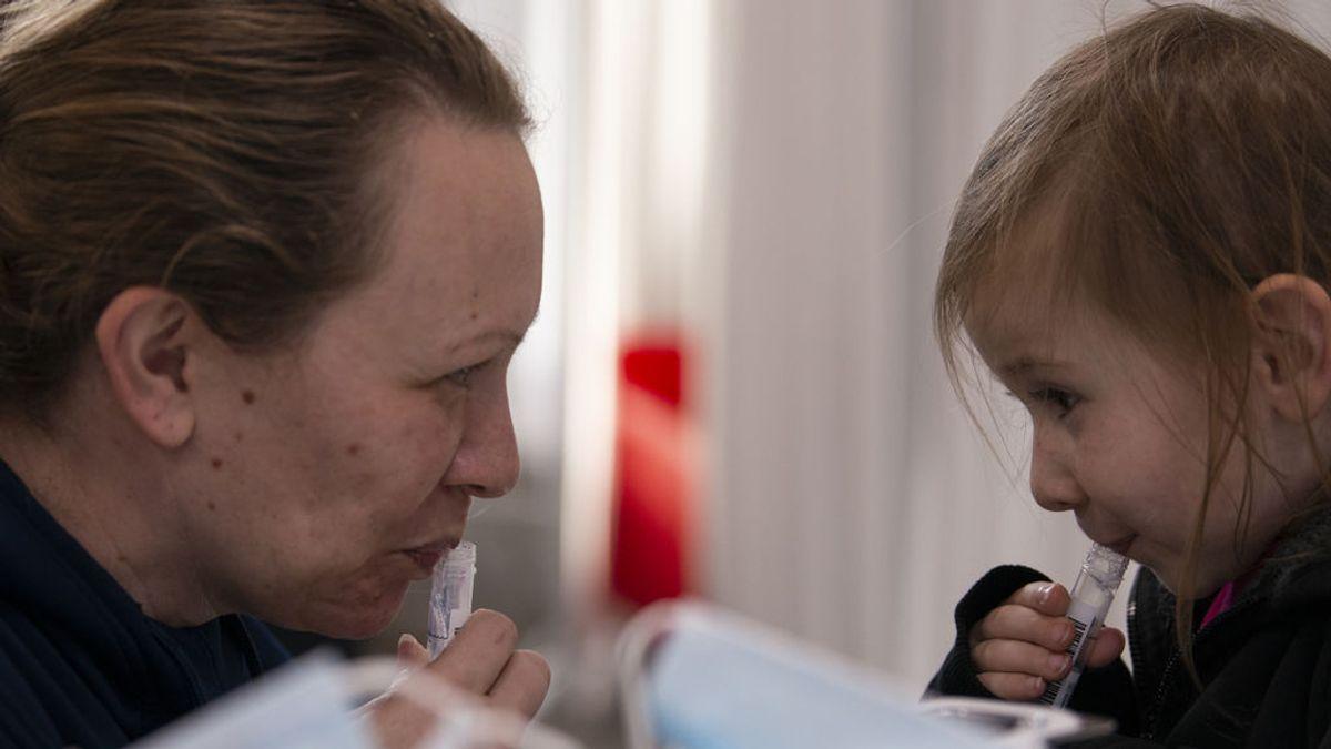 Cómoda, frecuente, sencilla y económica: la saliva gana terreno al hisopo en las pruebas de detección de la covid