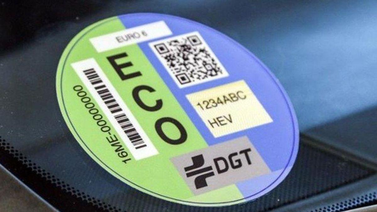 Ecologistas piden a la DGT eliminar la etiqueta ECO y que el resto refleje la emisión real de CO2