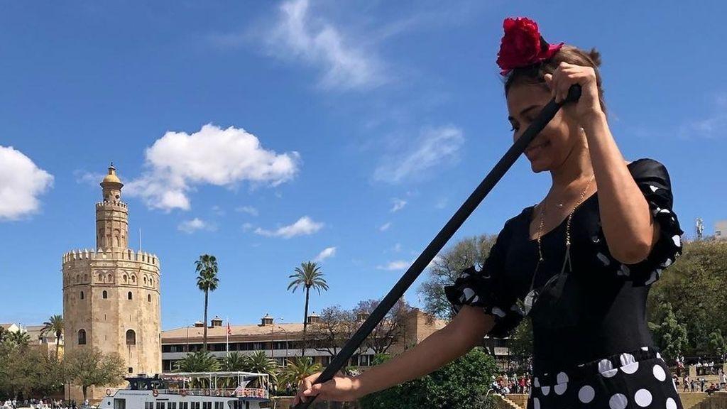 """Una mujer vestida de flamenca celebra la 'no Feria' de Sevilla haciendo paddle surf en el Guadalquivir: """"¡Olé, qué arte!"""""""