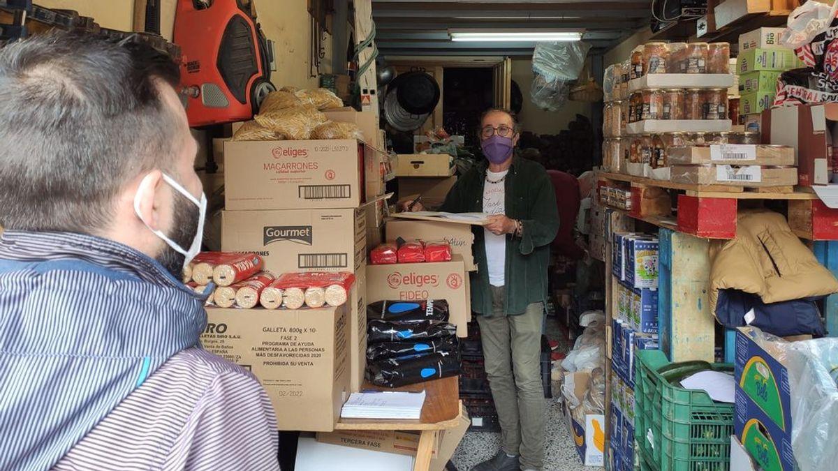 Solidaridad desde su cochera: Un vecino de Albolote reparte comida entre los más perjudicados por la pandemia