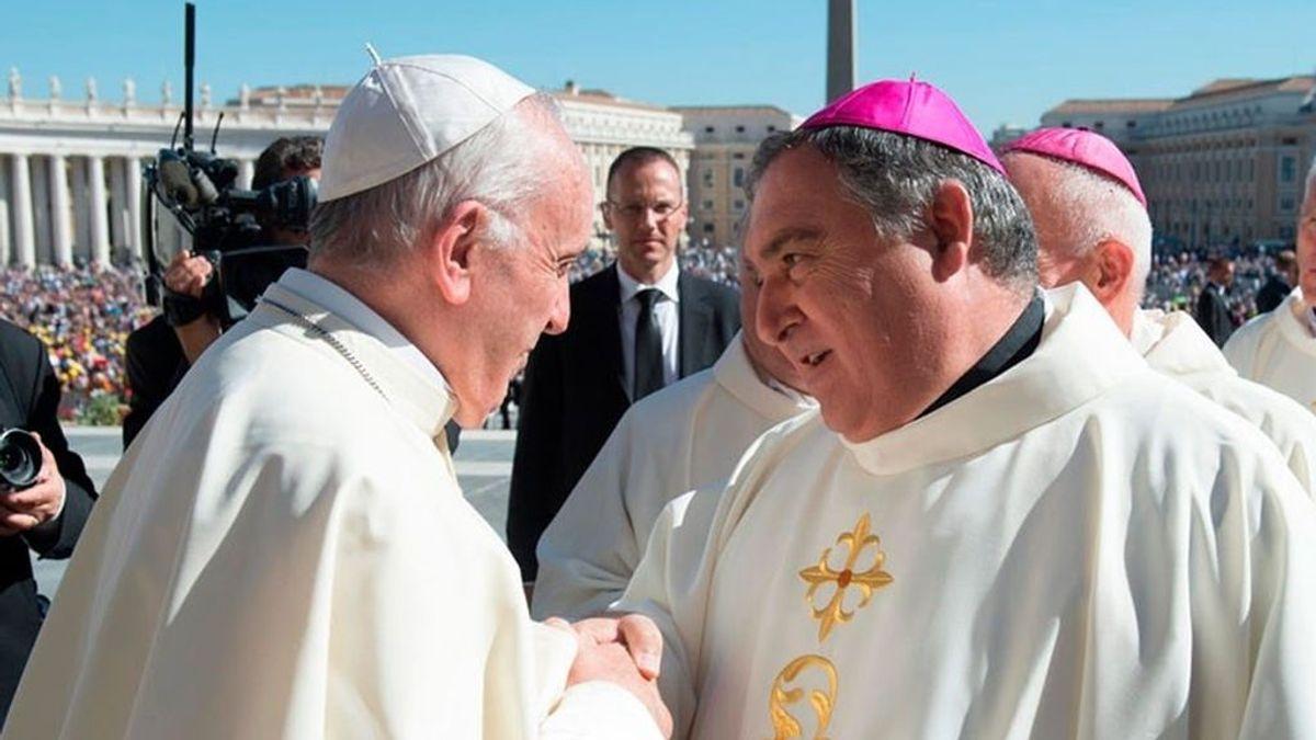 """El obispo de Canarias critica la eutanasia: """"Se puede matar el que quiera, abres el gas o te tiras por la Giralda"""""""