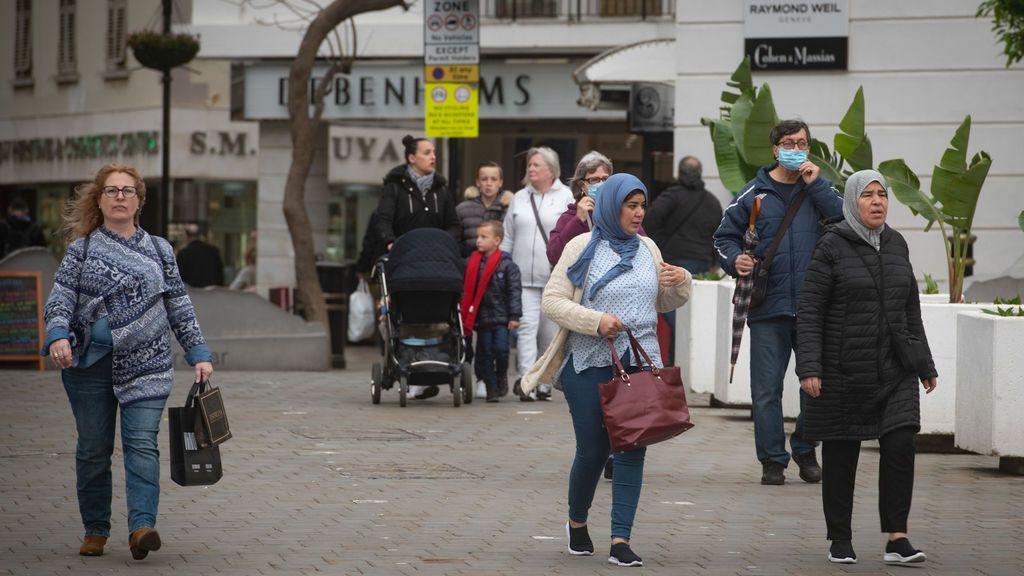 EuropaPress_3627589_personas_circulando_mascarillas_plaza_case_mates_gibraltar_despues_espana