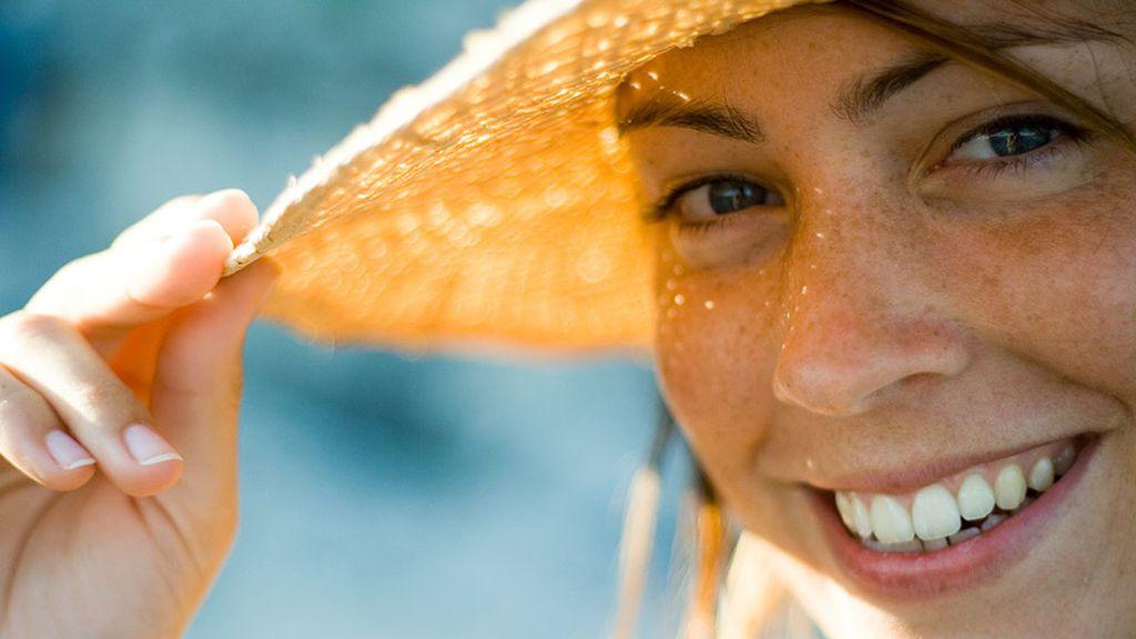 ¿Por qué en verano salen más pecas? Estas son las claves para proteger tu piel en los días de más exposición al sol.