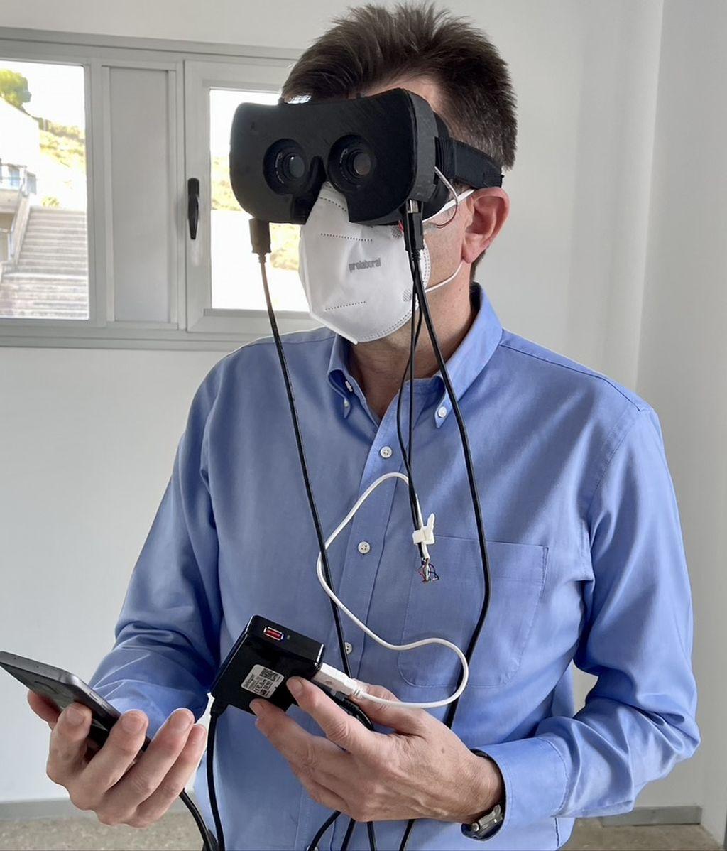 Pablo Artal con el prototipo de las gafas contra la presbicia