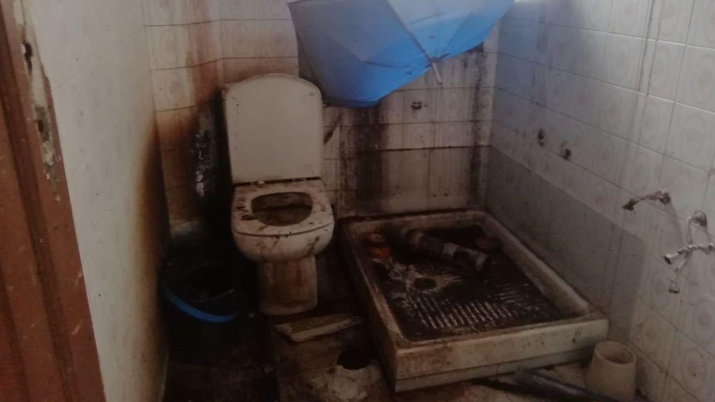 Así dejaron el baño de una de las viviendas